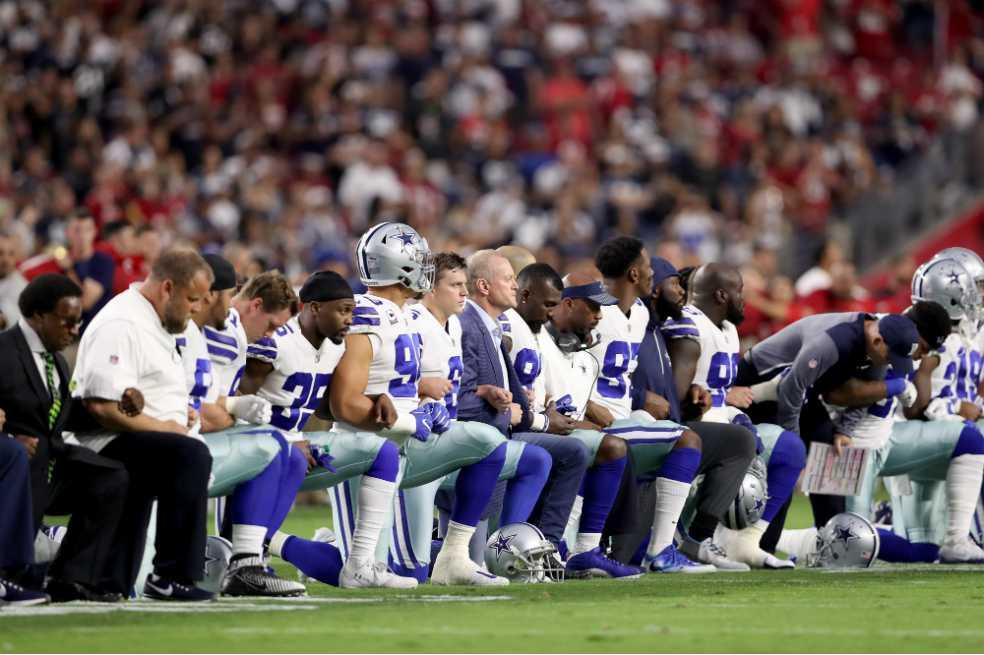 Trump pide prohibir a jugadores de la NFL arrodillarse durante el himno