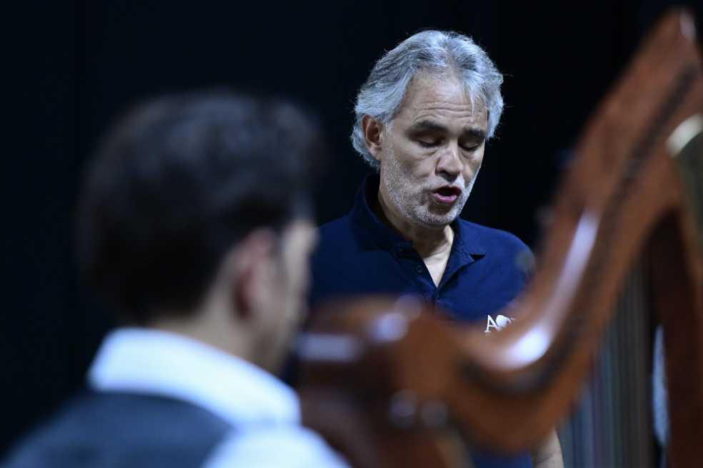 Tras caer de un caballo, hospitalizan a Andrea Bocelli