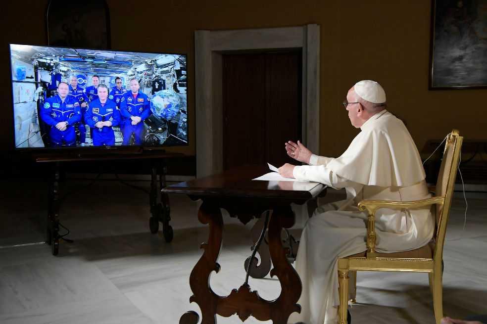La curiosa llamada que realizó el papa a tripulación de la Estación Espacial