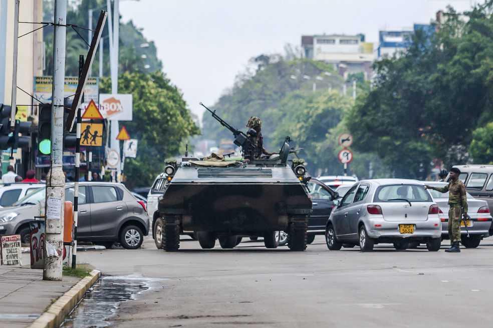 Ejército toma el control en Zimbabue y pone bajo arresto al presidente