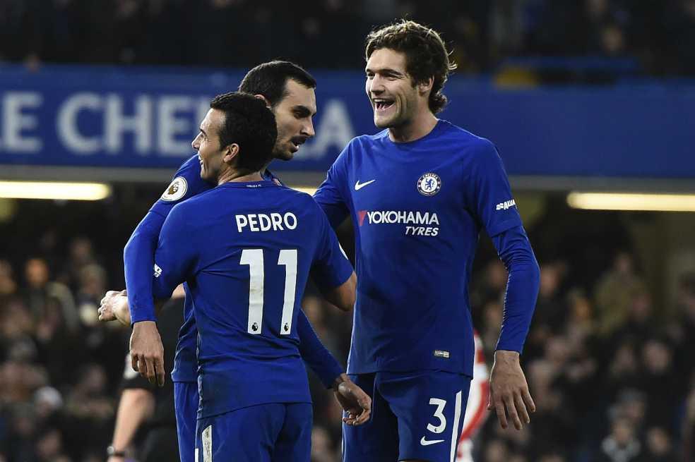El Chelsea abruma al Stoke en su cierre del año; el Liverpool remonta