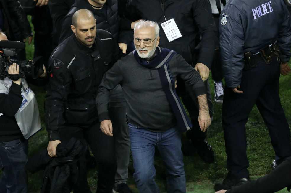 Presidente del PAOK pide disculpas por entrar al campo con una pistola