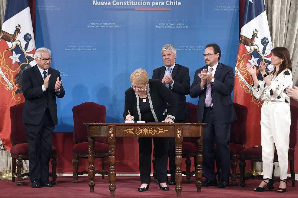 Bachelet propone una nueva Constitución cinco días antes de acabar su mandato