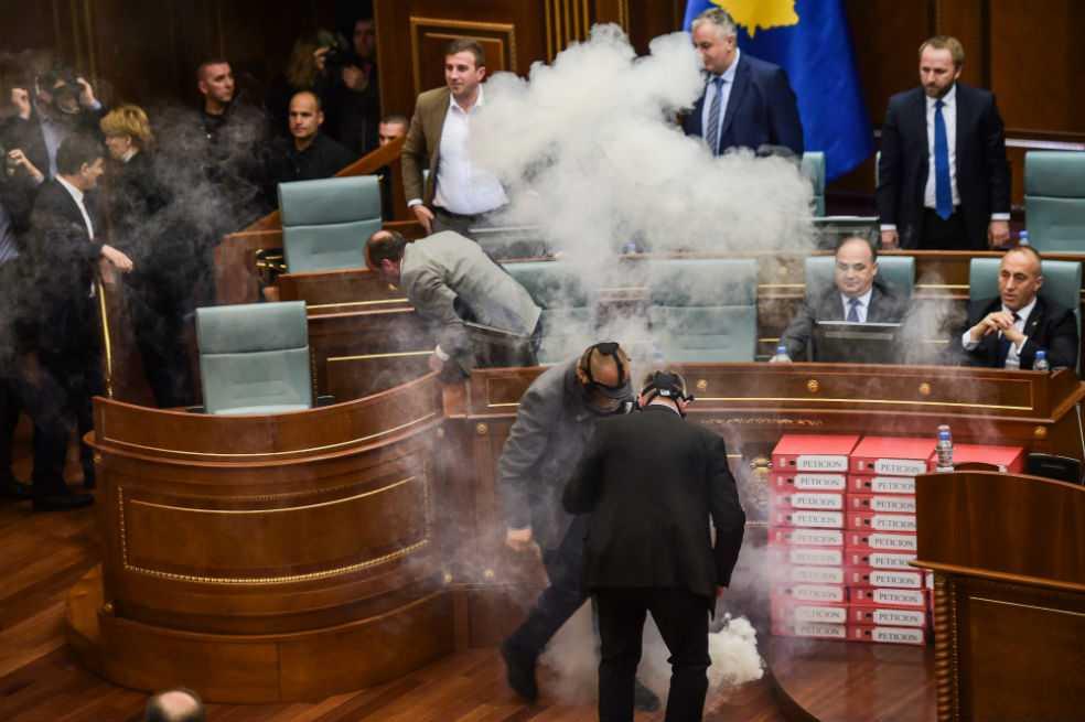 Opositores usaron gases dentro del Parlamento en Kosovo para impedir votación