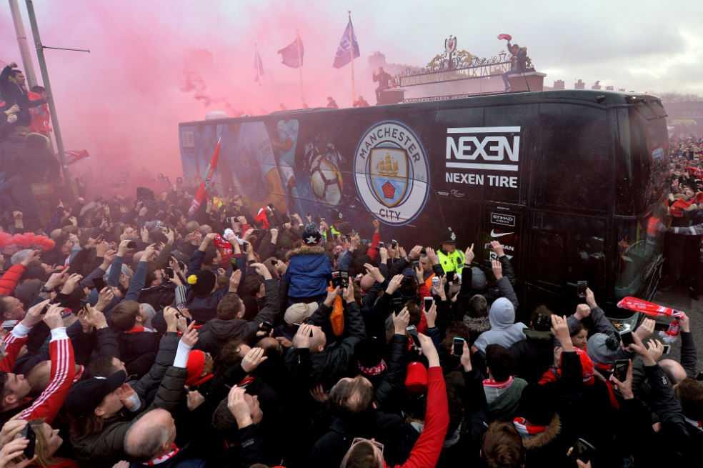 Aficionados del Liverpool destrozan el autobús del Manchester City