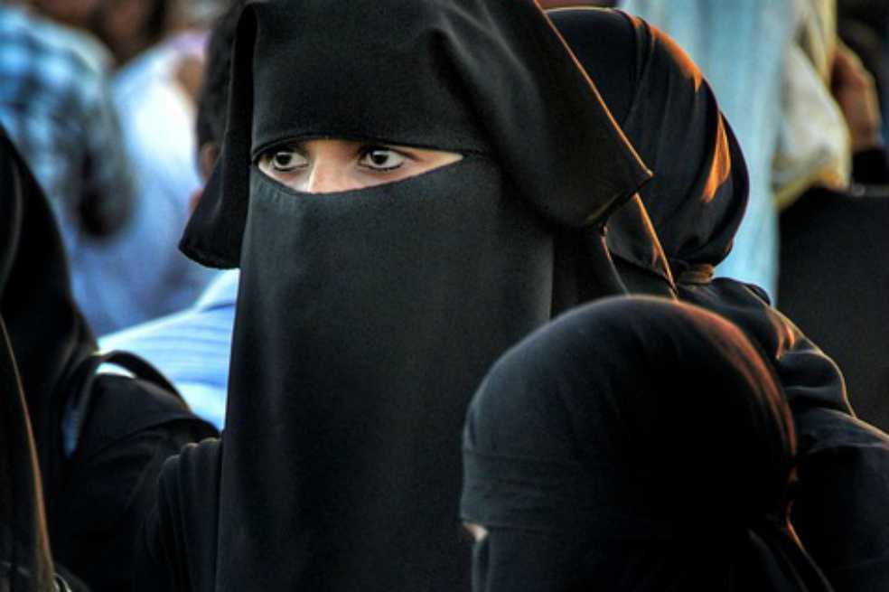 ¿Por qué no dar la mano le costó la nacionalidad francesa a una mujer musulmana?