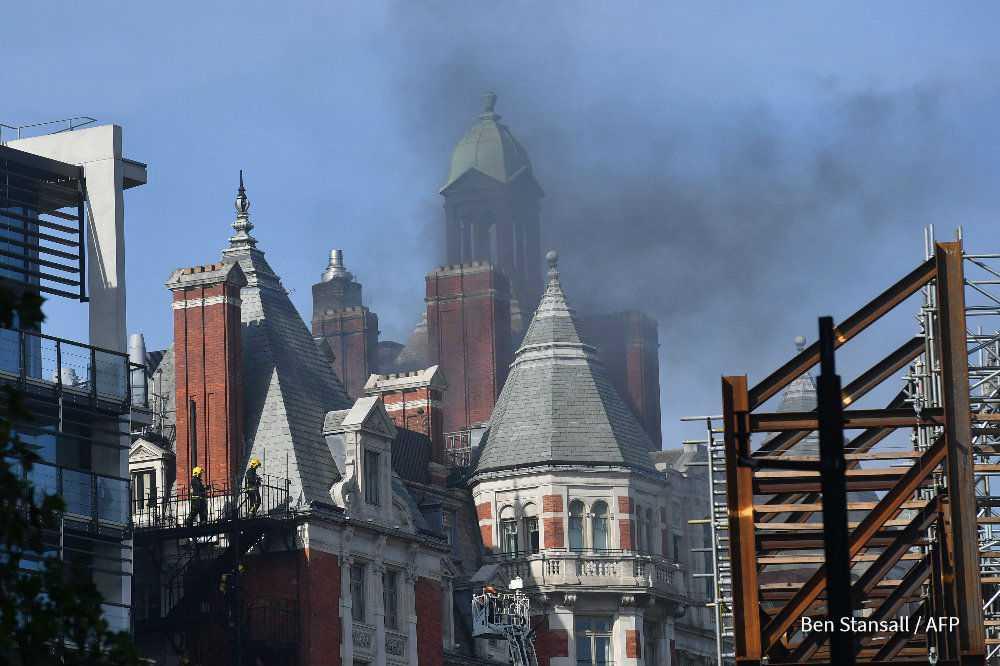 Bomberos intentan controlar incendio en un hotel de lujo en Londres