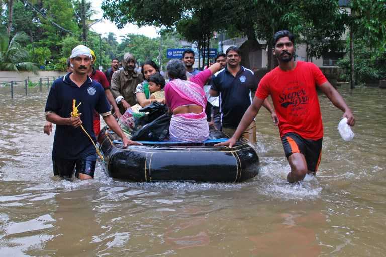 Las peores inundaciones de casi un siglo en India causan al menos 324 muertos