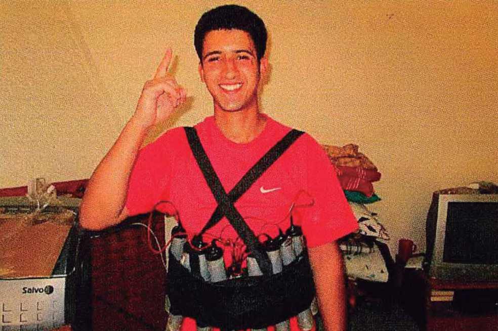 Sonriendo con un chaleco bomba: fotos muestran preparativos de ataque terrorista
