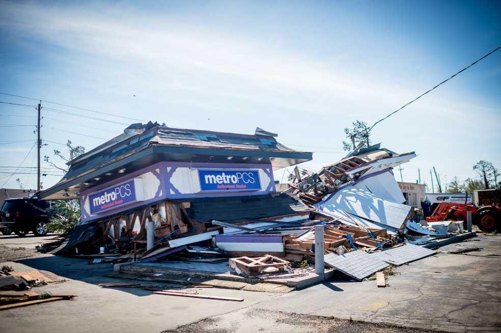 Florida se recupera tras el paso del potente huracán Michael