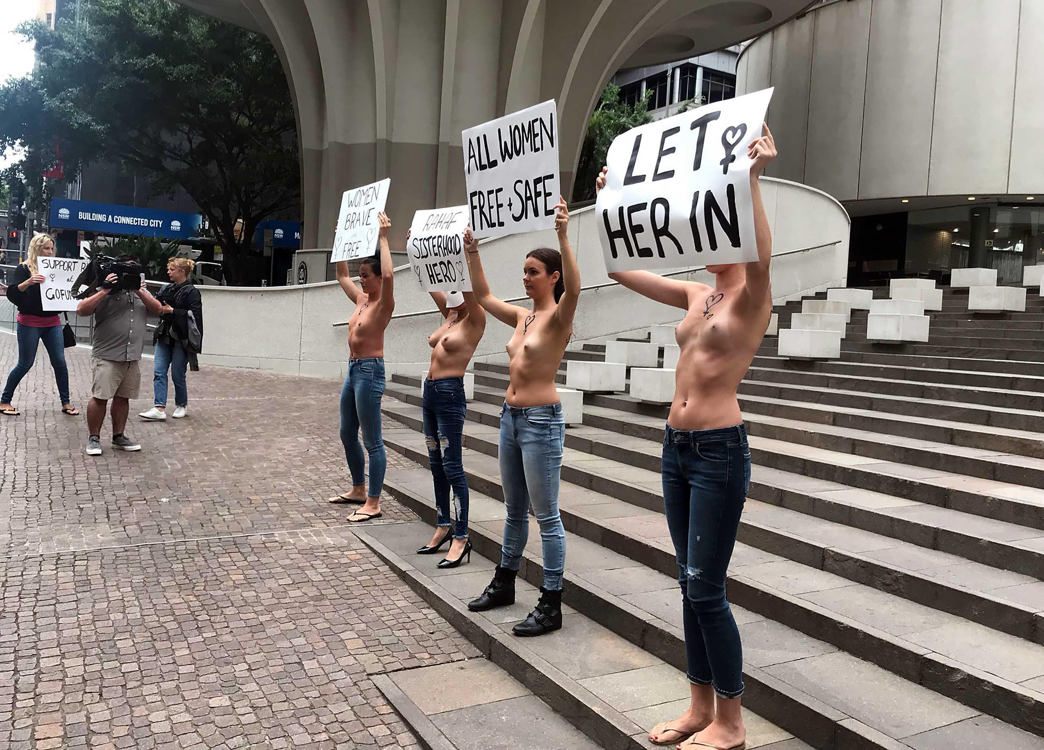 Mujeres en toples se manifiestan en Australia en apoyo a joven saudita