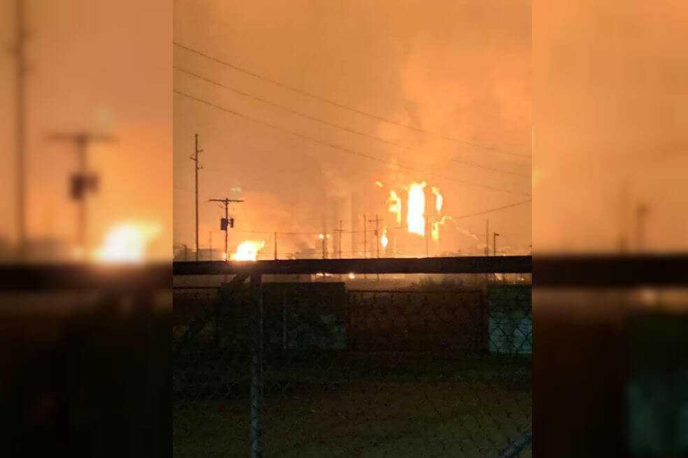 Fuerte explosión en planta petroquímica de Texas obliga a evacuar sus alrededores
